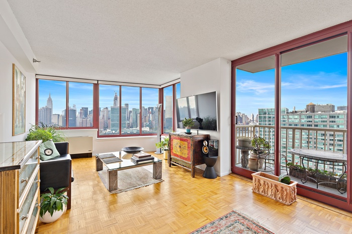 Convertible 3 Bedroom on LIC Water Front