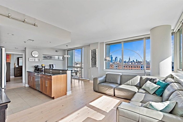 Luxurious South-East Corner Unit With Manhattan views!